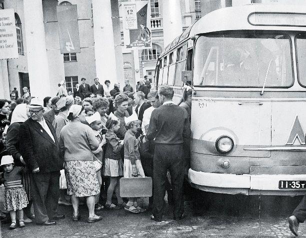 Начало 1970-х. Отъезд детей в летний пионерлагерь от ДК «Металлург».