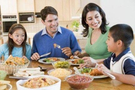 A menudo, yo como cena con mi familia. Soy bueno en la cocina.