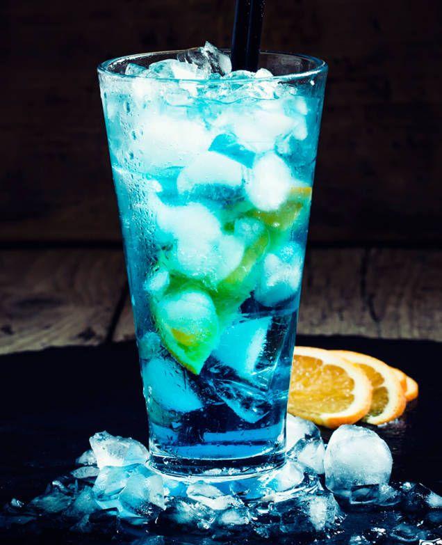 Blue lagoon, eller Isbjörn är en cocktail med bas av vodka och blå curaçao. Lätt att blanda, perfekt att servera en varm sommarkväll. Se vårt klassiska recept.