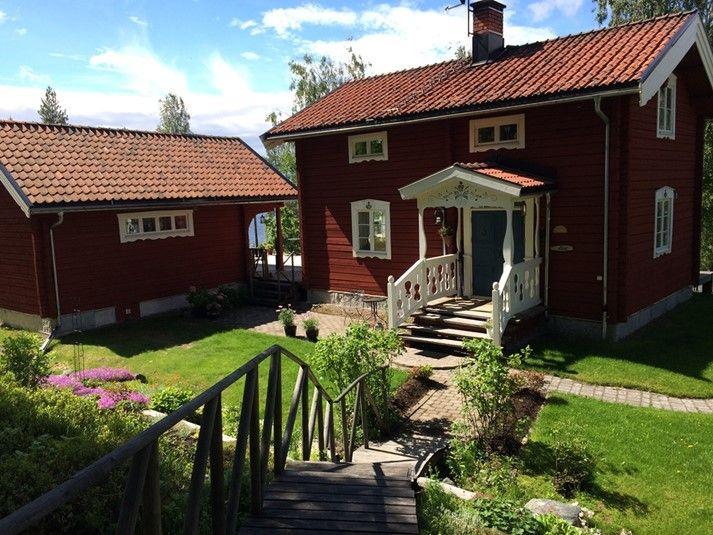 En idyll i Västerbotten. Nu har ni möjlighet att hyra denna vackra stuga med en härlig sjötomt. Kika in hos oss på https://sverigestugor.eu eller klicka vidare på bilden för mer information och möjlighet att hyra denna sommarstuga till er semester i Sverige.