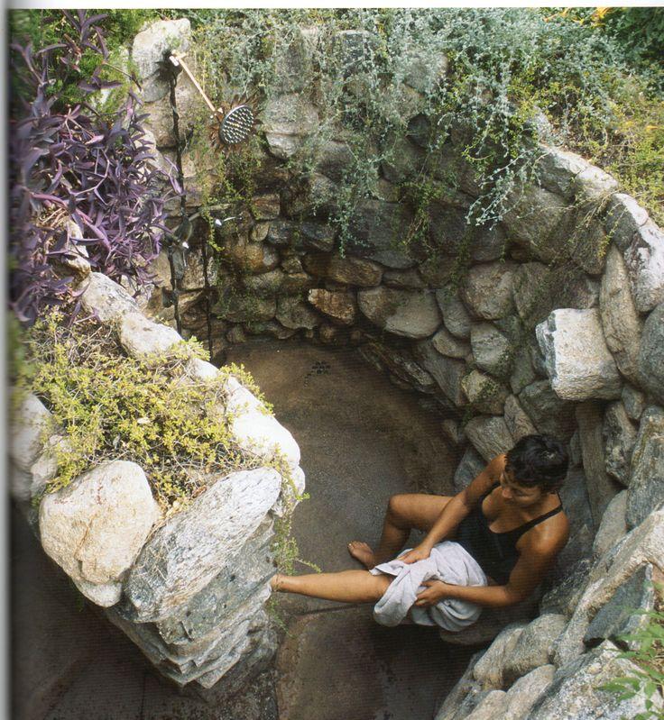 Una doccia da sogno in giardino per rinfrescarsi d'estate! 20 idee a cui ispirarsi…