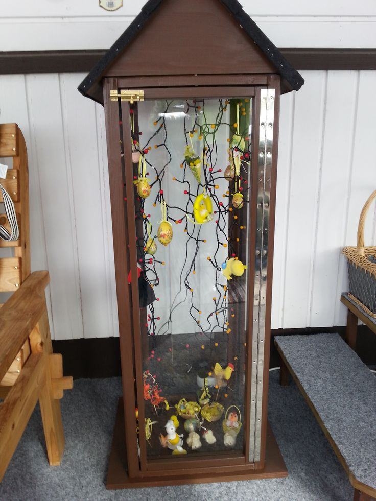 Pääsiäiseksi koristelin lyhdyn noita-akoilla ja tipusilla. Kyllä tälläset isot lyhdyt on mainioita kun voi laittaa koristeita vuoden aikojen mukaan.
