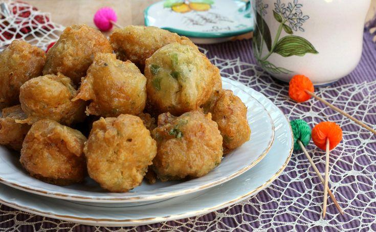 Le frittelle di baccalà sono le famose pizzelle di baccalà tipiche napoletane che si preparano in pochi minuti e si friggono. Buone, buonissime e sfiziose.