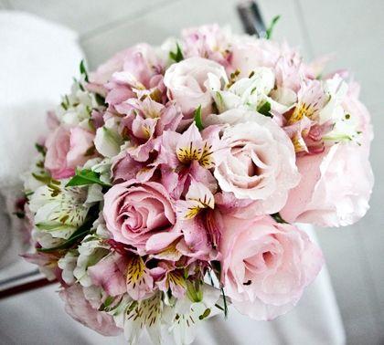 As rosas são clássicas! Um buquê de rosas dá, ao mesmo tempo, um toque vintage e moderno à noiva. | buquê de noiva tendências 2014
