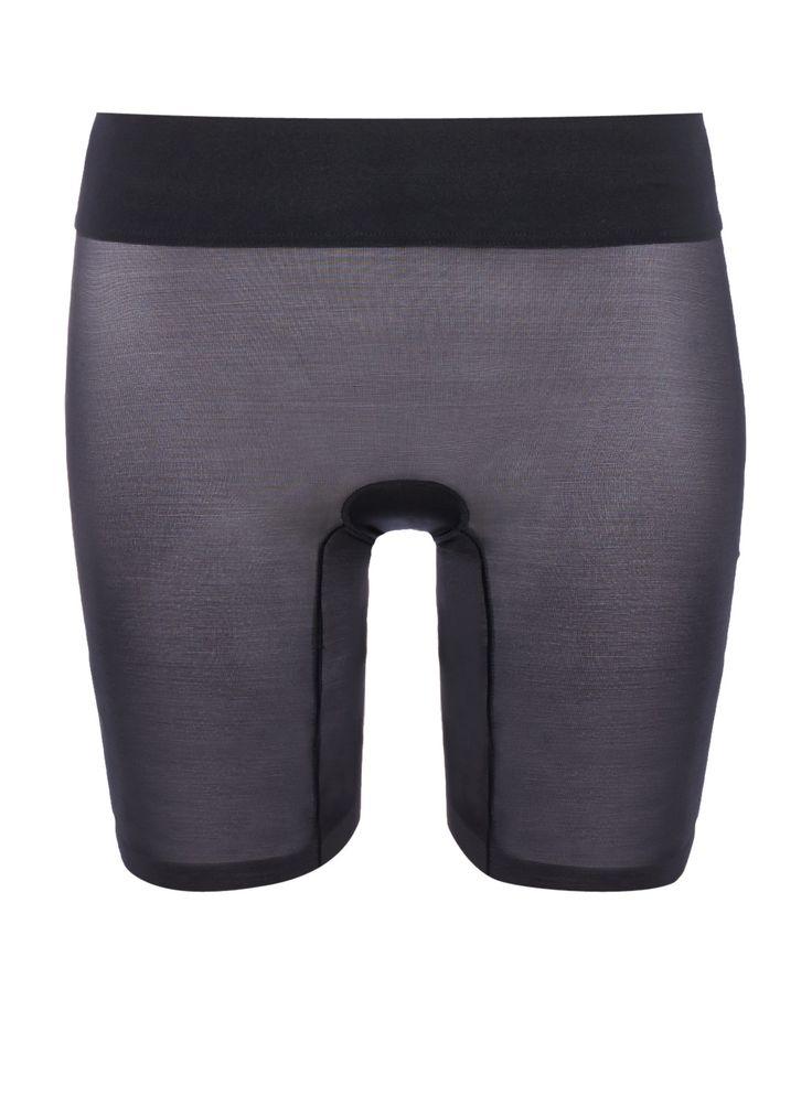 Sheer Touch Control Shorts van Wolford is vervaardigd uit een semi-transparante elastische kwaliteit met een subtiele glans. Het broekje heeft een corrigerend effect op de taille, buik, heupen, dijen en billen en de brede elastische tailleband zorgt voor optimaal draagcomfort.