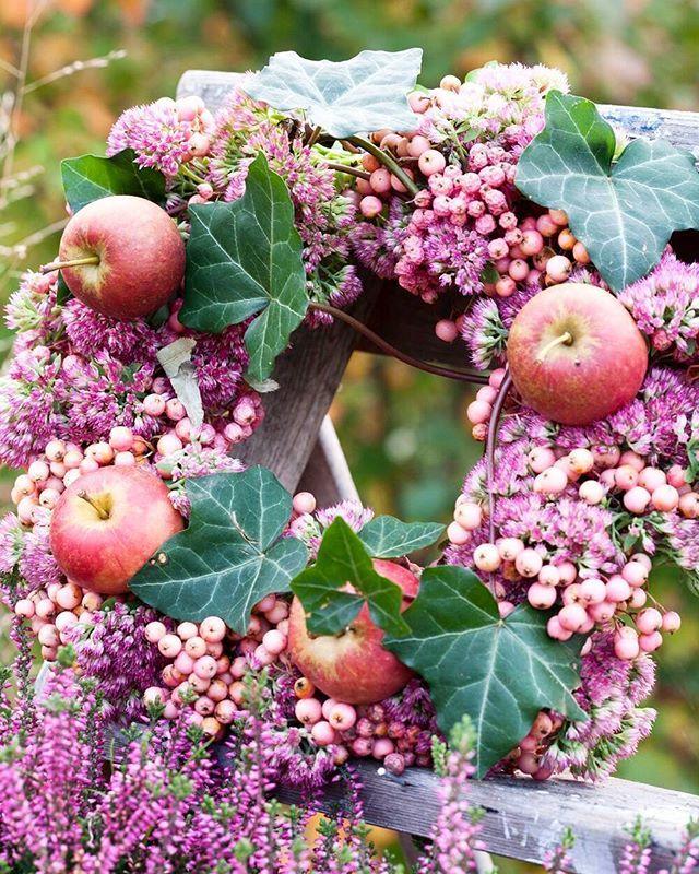 Fint med rosa rönnbär. #höst#pyssel #trädgård #garden #have #hage #annikasnaturligating #annikachristensen #höstkrans#minfinastehöstkrans