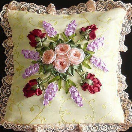 Cojín con flores bordadas en cintas