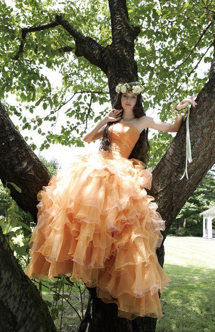No.03-0015オレンジカラーのグラデーションのフリルが大胆なドレスはゲストの視線を集めること間違いなしの1着。