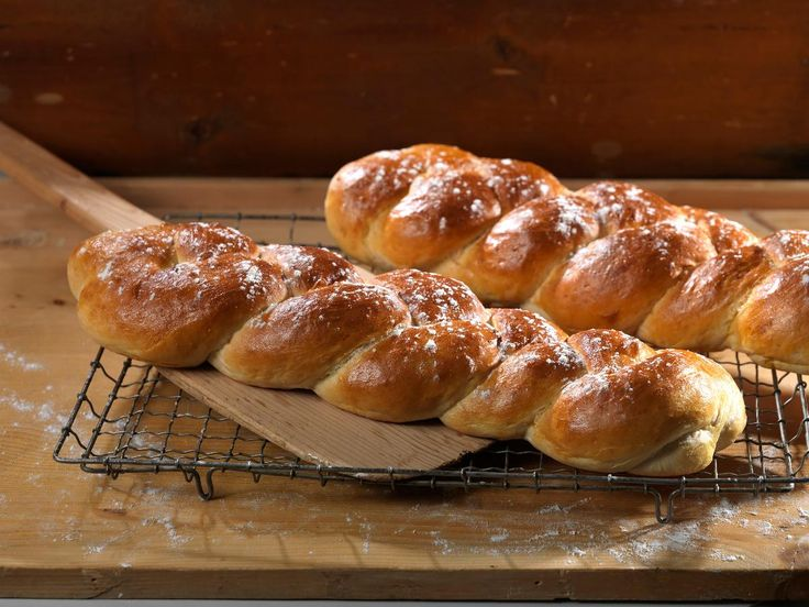 Loff er loff. Er det egentlig det? Bakeriet i Lom har laget en loff som gjør seg ekstra godt hvis du skal ha selskap, eller bare vil ha et flott brød på bordet. Denne oppskriften viser deg trinn for trinn hvordan du lager en god fletteloff. For å få til et godt resultat bør du elte deigen lenge og bruke gode råvarer, som vårt eget TINE Ekte Smør. Av denne oppskriften får du 2 fletteloff.