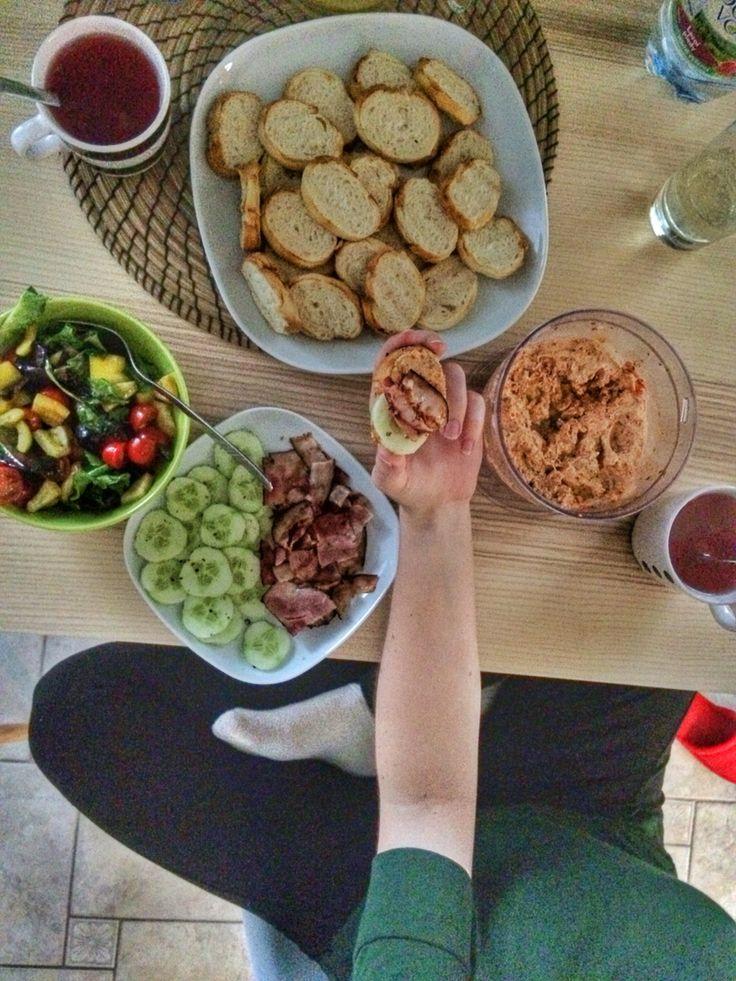 POMAZÁNKA ZE SUŠENÝCH RAJČAT • 100g sušených rajčat | cherry rajčátka | 150g cottage | 50g pomazánkového másla • Rozmixujeme nejprve rajčata, potom přidáme cottage a pomazánkového máslo. Podáváme na grilované housce s grilovanou slaninou a zeleninou.