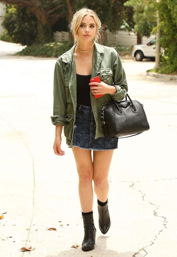 Confira o look simples, porém estilo da atriz Ashley Benson de Pretty Little Liars. Usando o combo saia jeans, parka e botinha preta, ela prova que não precisa de muito pra ser estilosa.