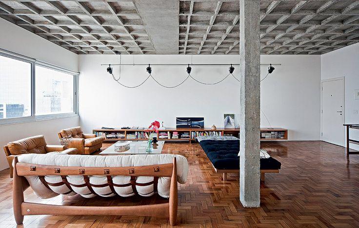 No living impera o brutalismo, um segmento do movimento modernista, com o concreto exposto nas vigas estruturais e na laje nervurada. Reforma do escritório AR Arquitetos em prédio da década de 1950, projetado por Abelardo de Souza