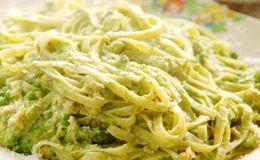 Fettuccine primavera: massa com molho verde de ervilha, aspargos e hortelã, e lascas de truta defumada.