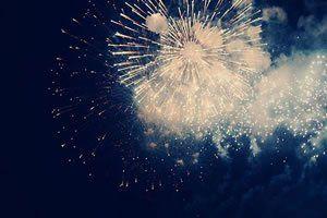 De repente, num instante fugaz, os fogos de artifício anunciam que o ano novo está presente e o ano velho ficou para trás.  De repente, num instante fugaz, as taças de champagne se cruzam e o vinho francês borbulhante anuncia que o ano velho se foi e ano novo chegou.  De repente, os olhos se cruzam, as mãos se entrelaçam e os seres humanos, num abraço caloroso, num só pensamento, exprimem um só desejo e uma só aspiração:  Paz e Amor.  De repente, não importa a nação, não importa a língua…