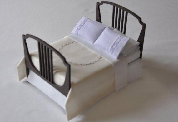 Esta madera de la cama está vestida con sábanas de Batista Suiza y una mano bordado seda colcha. Diseñé la cama y las secciones del corte del laser. La cama fue pegada y pintada utilizando pintura compuesta orgánica volátil baja. He diseñado y había cosido a la ropa de cama. La cama tiene un bastidor simple, un colchón y una hoja superior llano. El collarín está rematado por dos almohadas ama de casa. He añadido dos más encaje recortado almohadas que he repletas de seda lila pálido para…