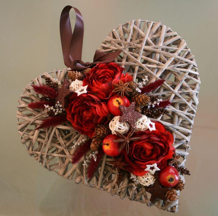 Proutěné vánoční srdce červenohnědé - na přání Velké proutěné patinované vánočnísrdceve velikosti35 cm v červenovínových,krémových a tmavěhnědýchodstínech, zdobený látkovými květy,ratanovými kouličkami, šiškami,jablky, hvězdičkami, sušinou a mašlí. Vhodný na dveře či do interiéru.