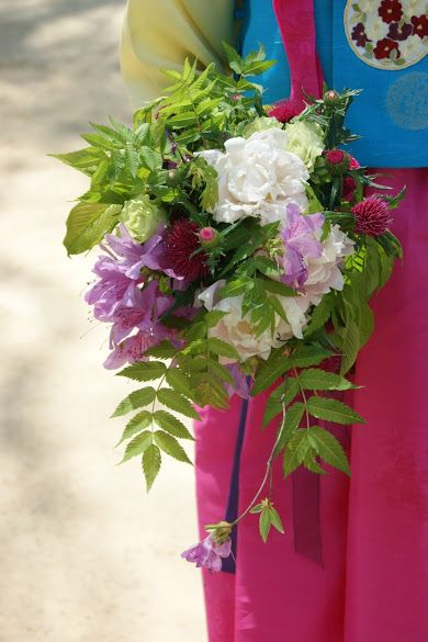 Hanbok bouquet #hanbok #hanbokbouquet #seoulwedding #복주머니 #플라워클래스 #프렌치스타일 #플라워스쿨 #花束 #꽃놀이 #꽃스타그램 #flowerstagram #취미꽃꽂이 #꽃배우기 #花 #ブーケ #frenchflorist #꽃