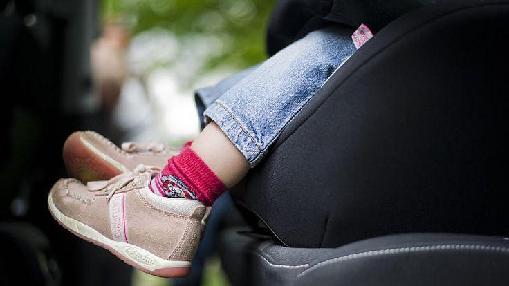 ADAC und Stiftung Warentest haben 37 Autokindersitze getestet: Zwar sind viele Kindersitze mit gut bewertet, immerhin vier Kindersitze fallen jedoch beim Test durch, zwei weitere sind lediglich ausreichend.
