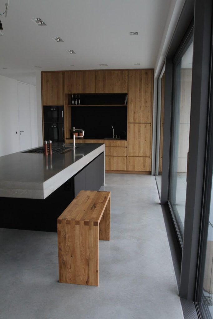Moderne Betonküche kombiniert mit Holz und Elektrogeräten von Gaggenau