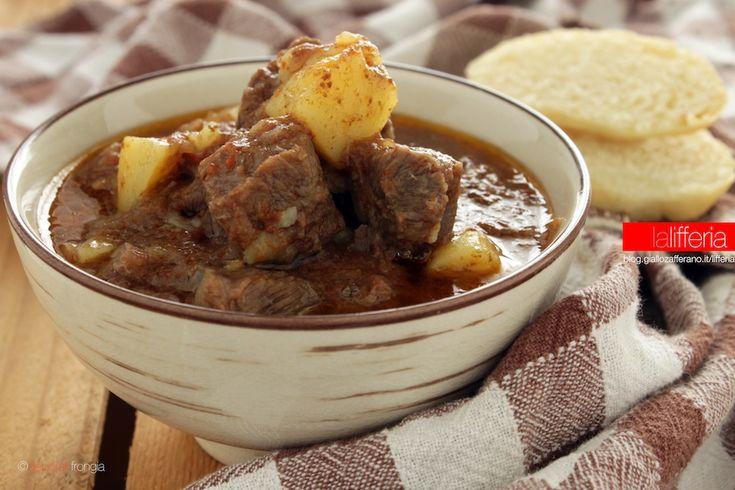 Lo spezzatino di manzo velocissimo è un piatto ideale per gente frettolosa: caldo e corposo, dalla carne tenerissima, è perfetto per le giornate fredde.
