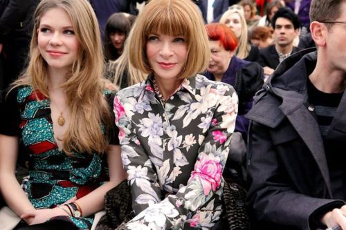 Nada mas y nada menos que Anna Wintour, la editora de Moda mas importante del mundo, usando estampados florales