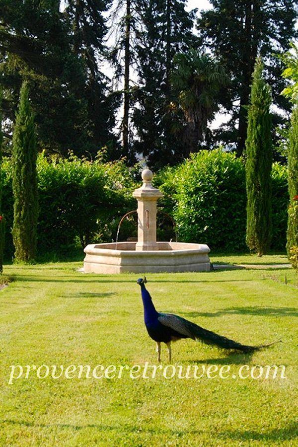 fontaine centrale en pierre naturelle placée au fond du jardin ...
