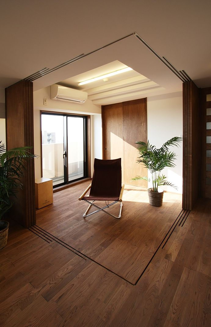 引き篭りをさせない子供室。当分は、居間の延長として使えるよう、間仕切を全て可動にして、広さを確保しました。(縦格子間仕切のある家)- 子供部屋事例