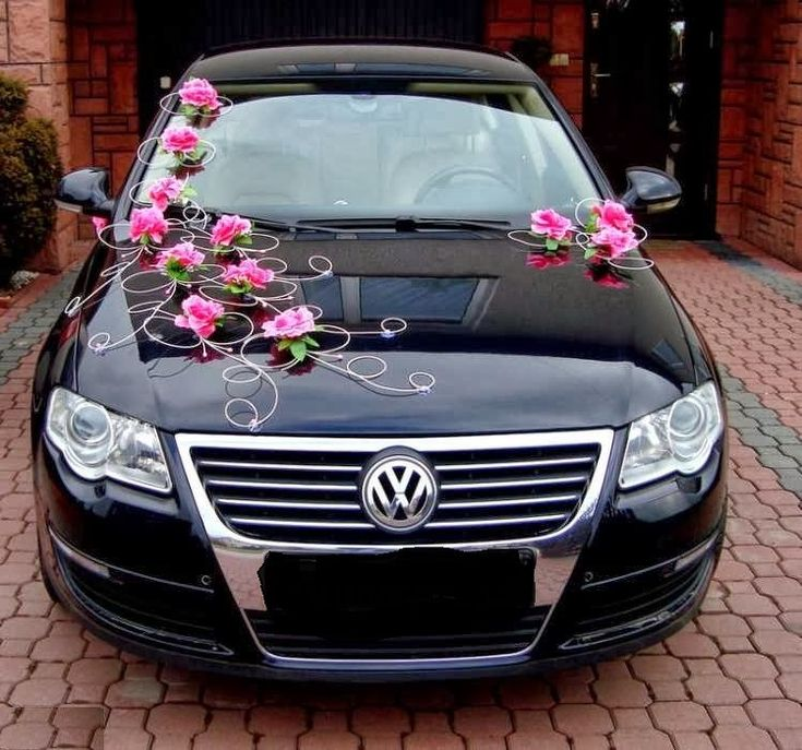 Svadobná výzdoba na auto | Svadobná výzdoba na auto cyklaménová | Svadobná výzdoba: svadobné pierka, kytice, pohare, dekorácie