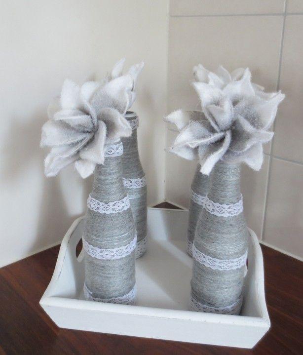 Idee komt van deze site! Leuke flesjes met touw en kant bewerkt en leuke roosjes er voor gekocht.. en hoppa! klaar is het cadeau! leuk voor een grijze-witte inrichting!