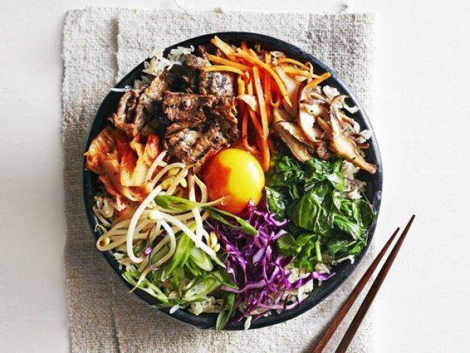 Bibimbap: receta coreana.  Arroz mezclado con verduras variadas.