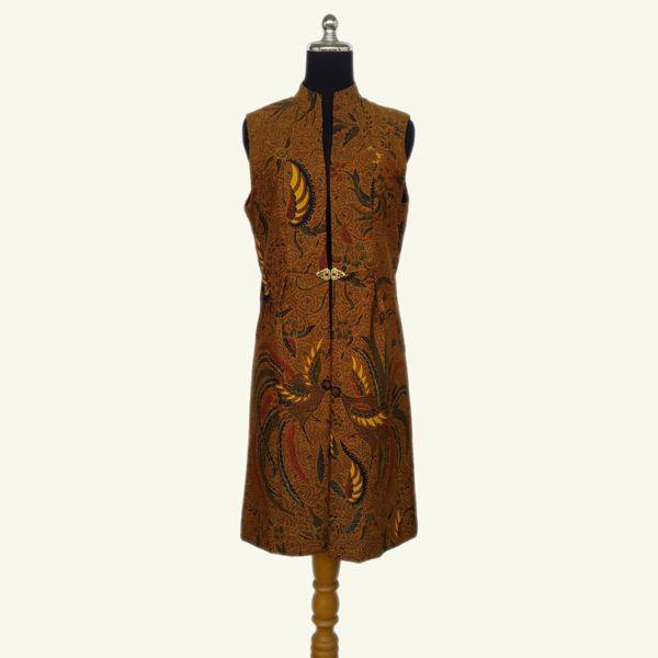 Modern batik long vest, warna sogan batik solo yang elegan ini cocok dipadu padankan dengan warna gelap dan cerah. Menonjolkan motif burung, batik cap colet ini pasti membuat style anda etnik dan elegan. Kancing/broch import akan menambahkan sentuhan elegan. Modern dan stylish.
