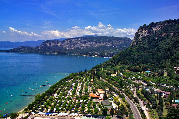 Camping La Rocca - Bardolino ... Garda Lake, Lago di Garda, Gardasee, Lake Garda, Lac de Garde, Gardameer, Gardasøen, Jezioro Garda, Gardské Jezero, אגם גארדה, Озеро Гарда ... Welcome to Camping La Rocca Bardolino. The Camping La Rocca lies among olive groves in the enchanting bay of San Pietro in Bardolino, in a natural oasis on the eastern shores of Lake Garda, at the foot of La Rocca (the large rocky promontory overlooking the lake). At a walking distan