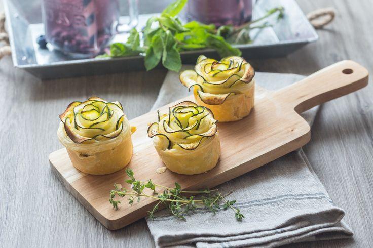 Des tartelettes à la courgette, au fromage de chèvre et à la menthe en forme de…