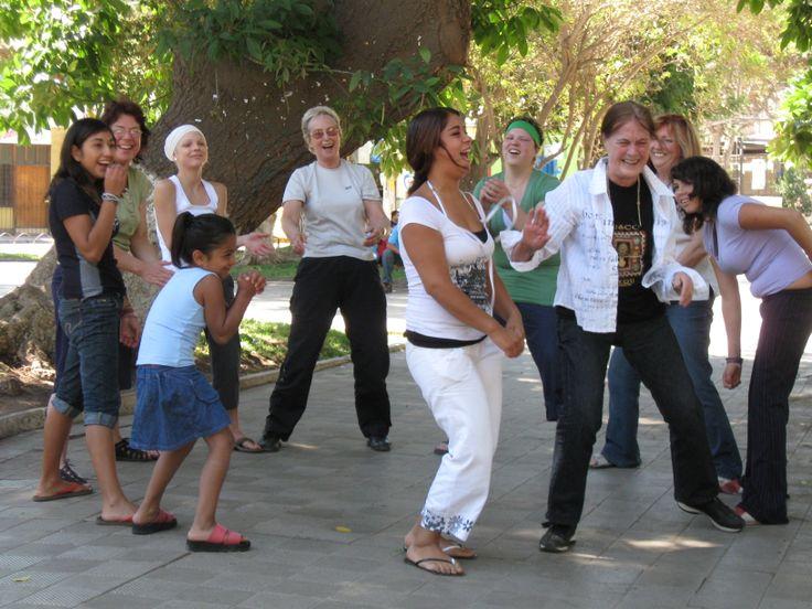 May Currie Mapp, Laval. Récemment veuve, May souhaitait voyager différemment. C'est avec joie qu'elle apprit que malgré son âge avancé, elle pouvait intégrer un stage de groupe avec T.E.A.M. Elle réalisa donc un premier séjour au Pérou, un second au Mali en 2008 puis un 3e au Chili en 2009. Chaque expérience fut significative pour elle, lui permettant de vivre des moments privilégiés avec des enfants et des jeunes dans le besoin, en plus de s'impliquer pour une cause lui tenant à cœur.