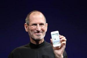 El iPhone 4S, fue el último gadget que Apple presentó mientras Jobs aún seguía con vida y fue presentado un 4 de Octubre, un día antes de su muerte.