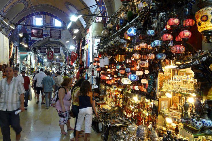El Gran Bazar de Estambul, Turquía es uno de los mercados más grandes y antiguos del mundo. Sus orígenes se remontan al año 1455 y actualmente trabajan allí unas 20 mil personas. Tiene más de 3600 tiendas en las cuales el regateo es moneda corriente. Estos están distribuidos en 64 calles que no podes dejar de recorrer!!!