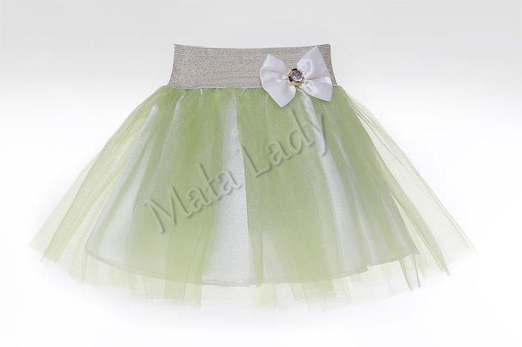 Balowa spódniczka wykonana z tiulu w kolorze zielonymoraz podszewką atłasową. Dzięki użytej gumie brokatowej spódniczka ładnie dopasowuje się do ciała, nie uciska. Idealnie nadaje się na różne bale i ważne uroczystości. Spódniczka tiulowa dostępna w wielu kolorach.