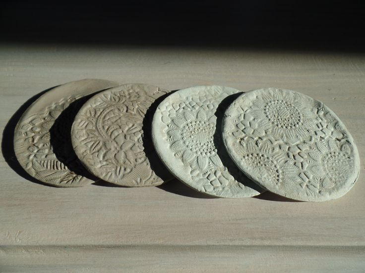 Onderzetters gemaakt van zelfdrogende klei met bhv plastic kant