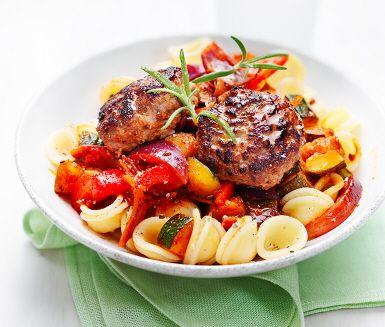 Citronbiffar med sydafrikanska grönsaker är en fräsch rätt där citronen får biffarna extra saftiga och syrliga. Dessa steks härligt gyllenbruna i en stekpanna innan de avslutas i ugnen. Grönsaker sauteras ihop med vitlök och en aptitlig doft sprider sig i köket. Serveras med nykokt pasta.