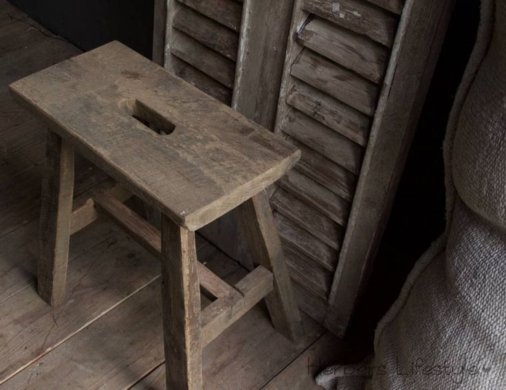 Stoere kruk gemaakt van oud hout