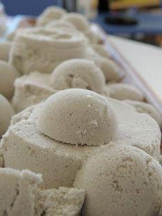 Maanzand - Mix 4 kopjes zand, 2 kopjes bloem en 1 kopje water door elkaar.