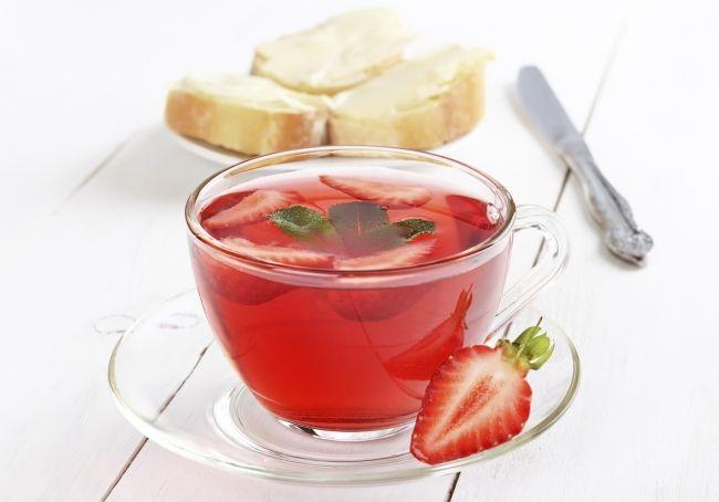 Чай со свежей клубникой, медом и лаймом