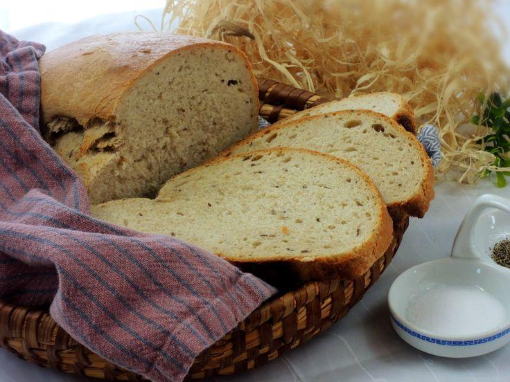 Zvrchu křupavý a uvnitř krásně vláčný domácí chléb s výbornou  chutí vydrží čerstvý několik dní (pokud teda zbyde :D)