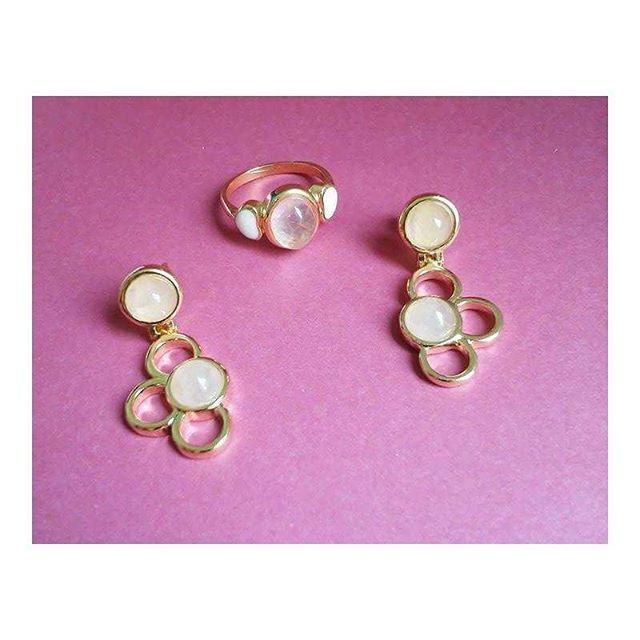 COLEÇÃO INFANTIL: Brincos e anel em pedra natural quartzo rosa. Fofura para meninas estilosas como as mães  #possebonjoias #possebon #pedrasnaturais #pedrasbrasileiras #quartzorosa #brincos #anel #joias #joiasinfantis #rosequartz #gemstone #jewelry #accessories #littlegirls