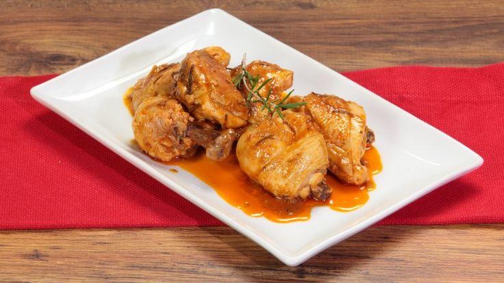 Ricetta Pollo alla cacciatora: Il pollo alla cacciatora un vero classico della nostra cucina italiana e questa che vi proponiamo è la versione se vogliamo più classica, con l'utilizzo di erbe aromatiche, vino bianco e pomodoro.
