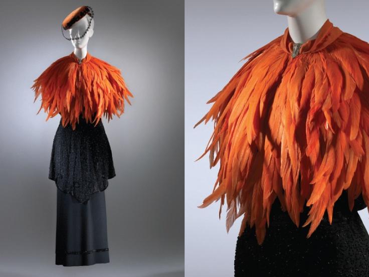 Vestido de ceremonia I Seda bordada con cuentas. México. Capa de plumas de ganso coloreadas. París. Tocado de terciopelo y tul de seda. EUA. Circa 1930