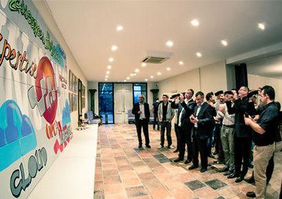 Création d'une Fresque Participative Entreprise : Les participants devront réaliser une fresque en équipe sur un thème prédéfini avec le logo de votre entreprise.