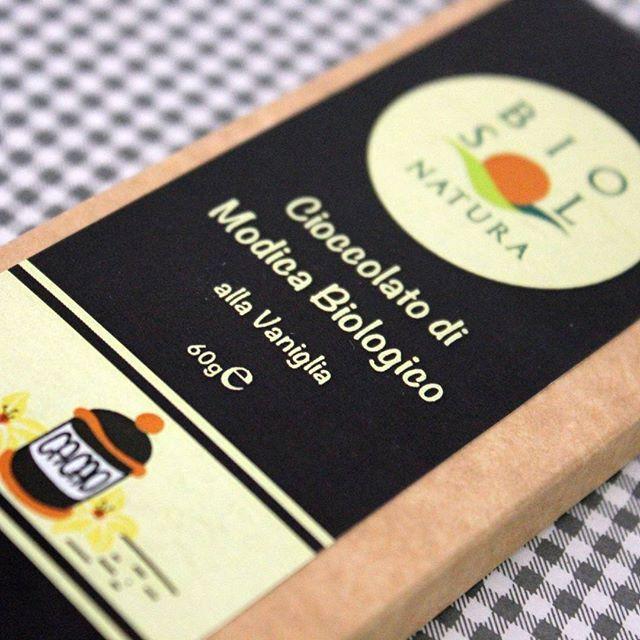 Voglia di un buon dolce? 🌼 Prova il cioccolato biologico di Modica aromatizzato alla vaniglia...ottimo fine pasto o semplicemente una golosa scelta a metà mattinata! 🍫🍫 www.eatamo.com #cioccolata #cioccolatadimodica #cioccolato #cacao #cacaobio #bio #vaniglia #vanilla #choco #chocolate #organicchocolate #sweets #organicfood #organic #foodexperience #food #foodinstagram #cibo #leccarsiibaffi #buono #dolce #vogliadidolce #instafood #pic #picoftheday #sweety #yummy