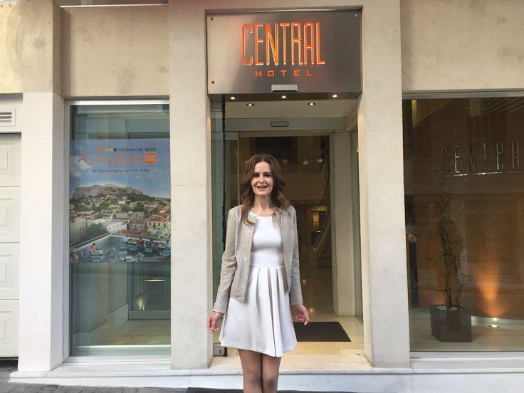 H γνωστή ηθοποιός Κάτια Δανδουλάκη φωτογραφίζεται για τις ανάγκες του περιοδικού YouWeekly.gr στην Πλάκα και στο Central Athens Hotel