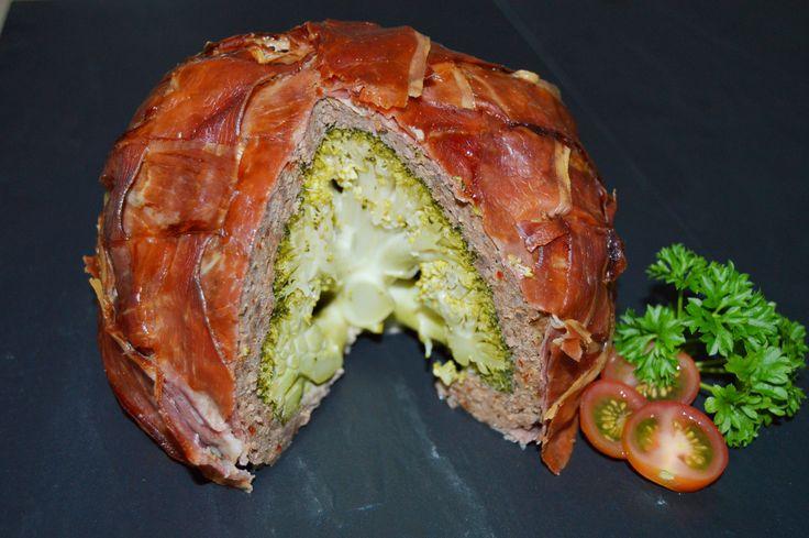 Ny hverdagsklassiker; farseret broccoli med skønt højlandskød, der har en dejlig naturlig krydret smag, og svøbt i parmaskinkeflet. Nemt, lækkert og sundt :)